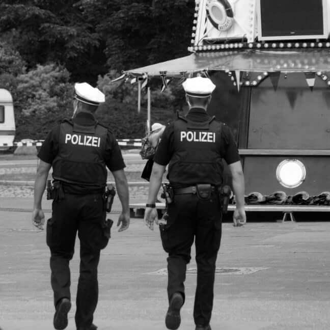 Zwei deutsche Polizisten gehen weg
