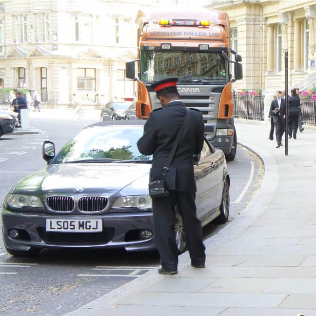 Verkehrspolizist stellt einen Strafzettel für einen BMW aus